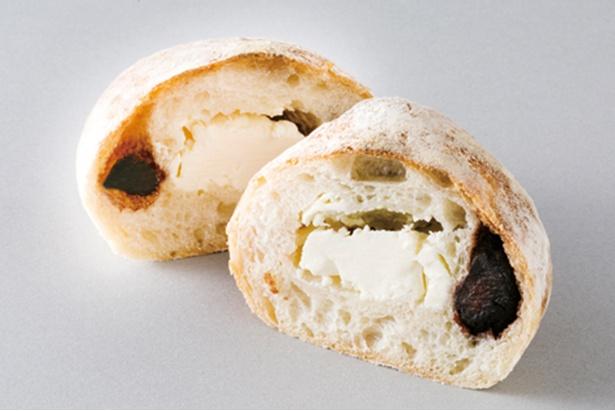 「Bakery kanatsugu」の「無花果とクリームチーズ」(210円)。クリームチーズとドライイチジクを、天然酵母の生地で包んで焼き上げる