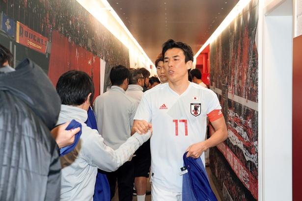 【写真を見る】入場前の日本代表選手。長谷部誠キャプテンの緊張感が伝わってくる