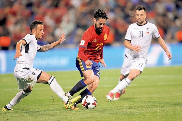 繊細なボールタッチが魅力のイスコ(中央・スペイン代表)。彼の足技もテレビのリプレーなら何度も楽しめる
