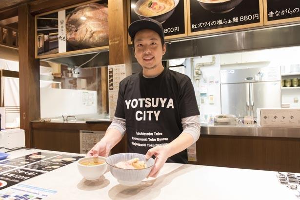 「伊勢海老つけ麺」を差し出す店主の川瀬裕也さん。「濃厚ですがクセがなく食べやすいです。あっさり派は『昔ながらの中華そば』(780円)もぜひ」