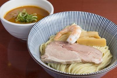 【写真を見る】「伊勢海老つけ麺」( 1,180円)。麺は普通盛りで200g。表面はつややかですすりやすい。スチームコンベクションで調理したローストポークはしっとりやわらか