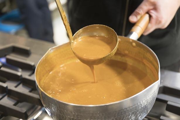 「伊勢海老つけ麺」の超濃厚スープ。豚骨や鶏ガラ、モミジなどの動物系に大量の伊勢エビを加えて強火で8時間炊き上げている