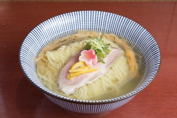 【写真を見る】「鯛塩らぁ麺」(800円)。上品な鯛100%スープをミネラル豊富でまろやかな塩ダレが引き立たせる。麺はのど越しのよい細ストレート