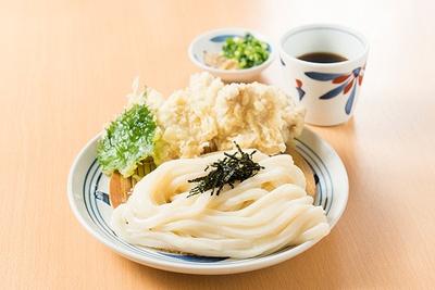 【写真を見る】麺や天ぷらの多彩な食感が楽しめる「とり天ざるうどん」。+300円のトッピングで注文する場合でも、鶏肉の天ぷらが5個用意される