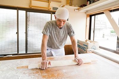 製麺をする店主の大里さん。讃岐伝統の製法で作る麺と、こだわりの食材で毎日おいしいうどん作りに励んでいる
