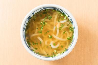 「かけうどん」(400円)。「釜玉うどん」(550円)か「生醤油うどん」(550円)に天ぷらのトッピングを注文すると、かけうどんのスープが付くサービスもある