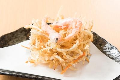 トッピングで人気の「かき揚げ」(300円)。ゴボウ、ニンジン、タマネギに、甘エビを殻ごとのせて天ぷらにした