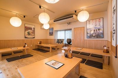 木の温もりを感じる座敷は、入口から見て左側に位置。4人席と6人席を用意する