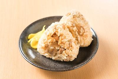 大きめの鶏肉が入った「かしわおにぎり」は、ガッツリ派に人気だ