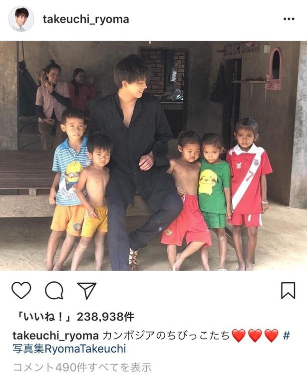 【写真を見る】カンボジアの子供たちに囲まれた竹内。優しいまなざしが素敵…!