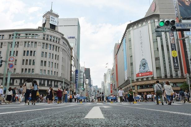 目的は違えど、同じ時間を共有するビジネスマンや観光客などが闊歩する、休日の「銀座四丁目」交差点の様子