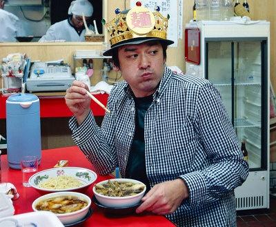 「カドヤ食堂」にて、つけそばをすすって涙ぐむ王子=シャンプーハット・てつじ