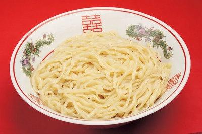 つけそばの麺は、北海道産の小麦で作る、独特の平打ち麺だ