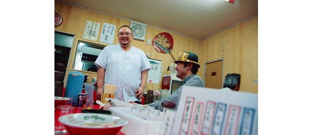 「お父さん、僕、つけ麺の連載始めました」と、店主の橘さんに報告!