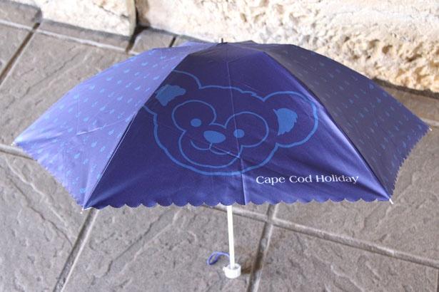 「晴雨兼用傘」(4500円)。ヨットやイカリなどのマリン柄と共に、ダッフィーの顔を大きくデザイン