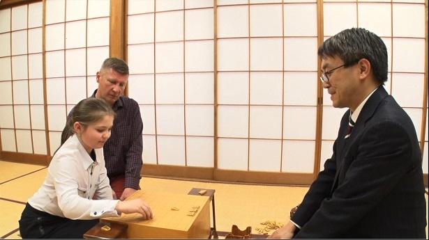【写真を見る】少女は、羽生竜王から詰将棋を指導してもらうなど夢のような時間を過ごす