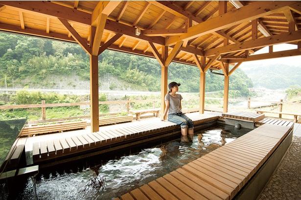 「日之影温泉駅」。ホーム部分にある「癒しの足湯」は無料で利用可能。11:00〜17:00