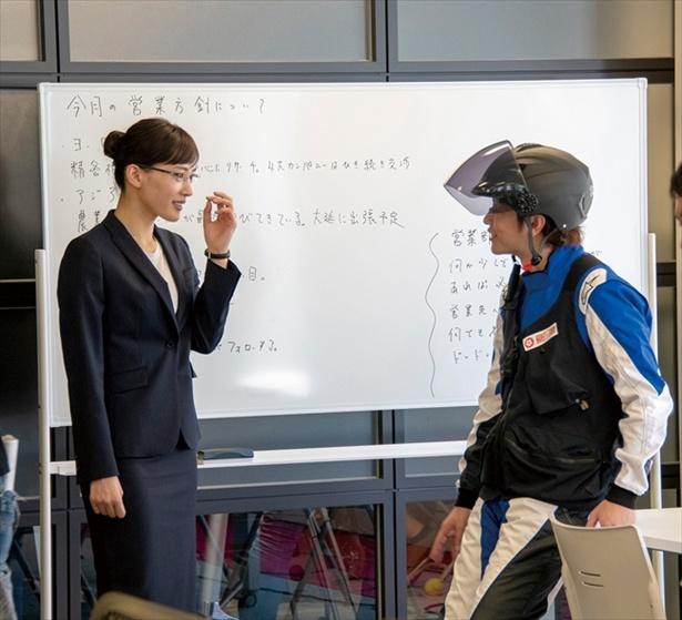 「部長に見えます?」不安顔の綾瀬に佐藤は「見えます!」と即答
