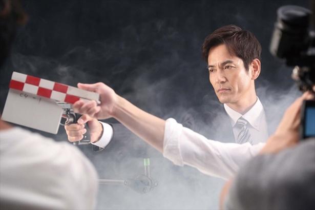 クールに銃を構える井沢(沢村一樹)「絶対零度―」