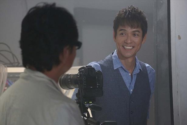さわやかな笑顔を見せる沢村だが、ひょうひょうとしながらも心に闇を抱える役柄を演じる