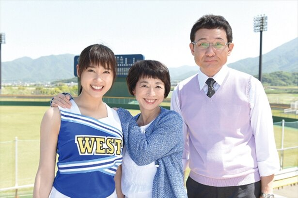 「チア☆ダン」で校長を演じる阿川佐和子、教頭を演じる木下ほうかと主人公・わかば(土屋太鳳)