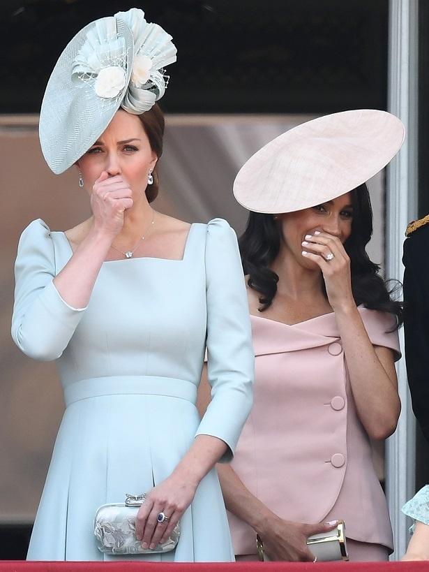 ともにパステルカラーのドレスで登場した2人
