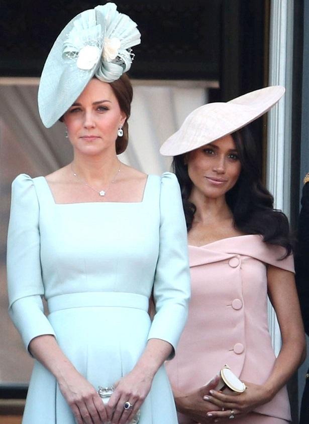 【写真を見る】女の闘いが勃発?エリザベス女王誕生日式典でのキャサリン妃とメーガン妃