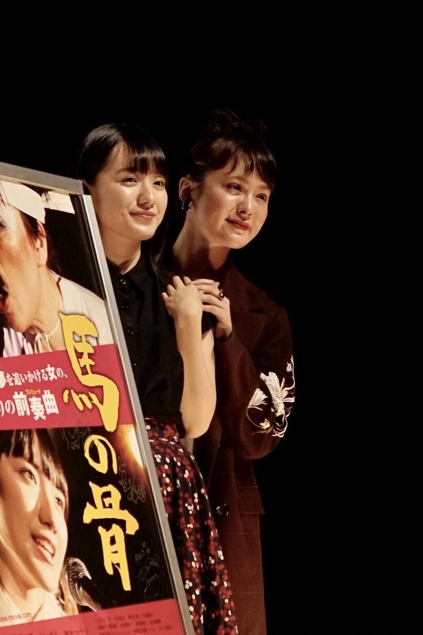 小島藤子さん(写真左)と貫地谷しほりさん