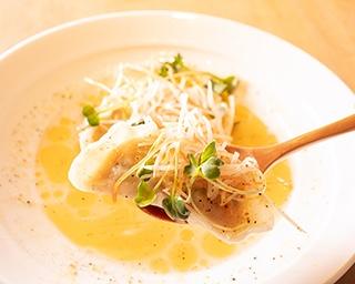 「楯野川香る 白湯風スープ餃子」(¥842)には、わずかに入った山形県の日本酒「楯野川」がほのかに香る 【ニンニク】なし【ニラ】なし