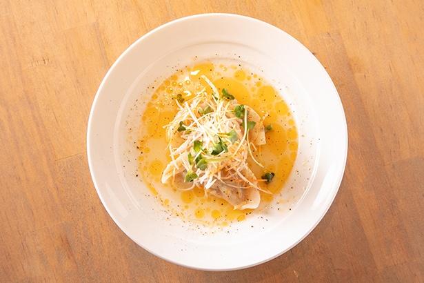 【写真を見る】「楯野川香る 白湯風スープ餃子」(842円)は、煮込んだ丸鶏のエキスが滲み出ている 【ニンニク】なし【ニラ】なし
