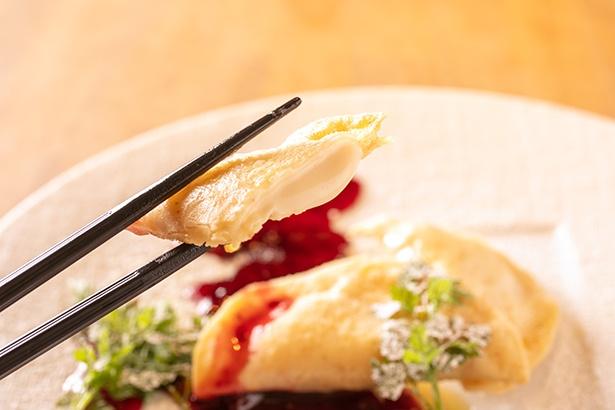【写真を見る】カットすると中からトロトロのレアチーズがこんにちは。甘いミックスベリーのソースとマッチする