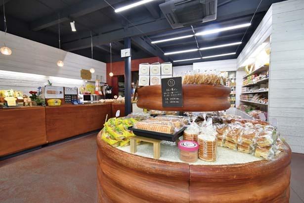 スイーツパンやラスクのほか、レジ横では「サラダパンノシャツ」(1800円)も販売/つるやパン本店