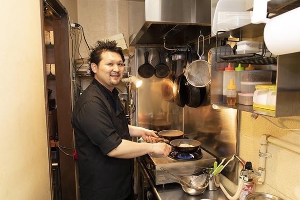 テレビ番組のレシピ制作を行っていた加藤達也オーナー。さまざまなジャンルの料理に触れ合って来た経験が「手延べ餃子BAR Wing Village」のメニューに活きている