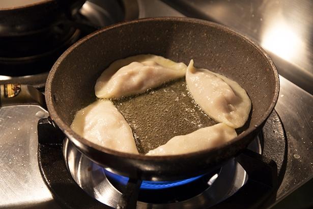 餃子の調理時間は注文から約15分。待っている間は、日替わりのお通し3種盛りとアルコールで過ごして