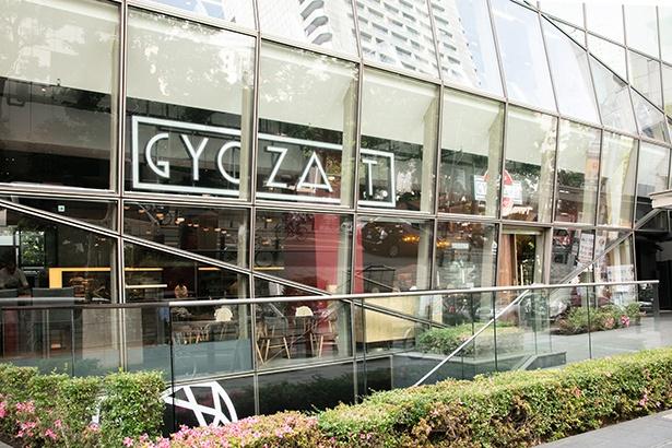 ガラス張りから「GYOZA IT.」のロゴがデザインされたネオンが覗くスタイリッシュな外観