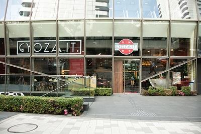 ファッショナブルだがカジュアルで入りやすい赤坂の「GYOZA IT.」。インターナショナルな客層が特徴
