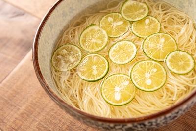 魚介出汁のスープとすだちが香り高い「すだちの冷やし和だし麺」(650円)