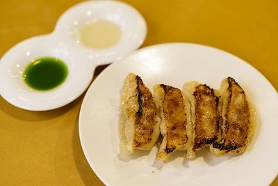 【写真を見る】「クラシックGYOZA!」(380円)。キノコのビネガーとニラのオイルはセットで提供される 【ニンニク】なし【ニラ】あり(ニラのオイル)