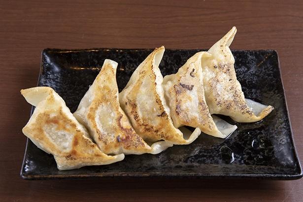 【写真を見る】さっぱりとした味わいの「平日餃子」(390円)。生姜の風味が爽やかに香る 【ニンニク】なし【ニラ】なし