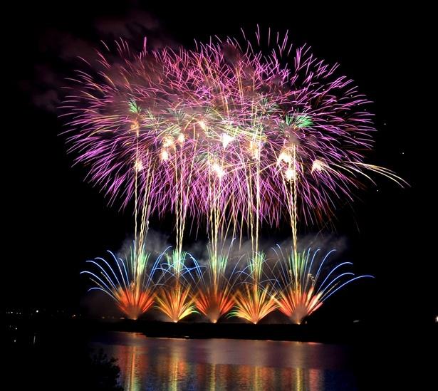 宮川の水面を照らす鮮やかな色彩の花火