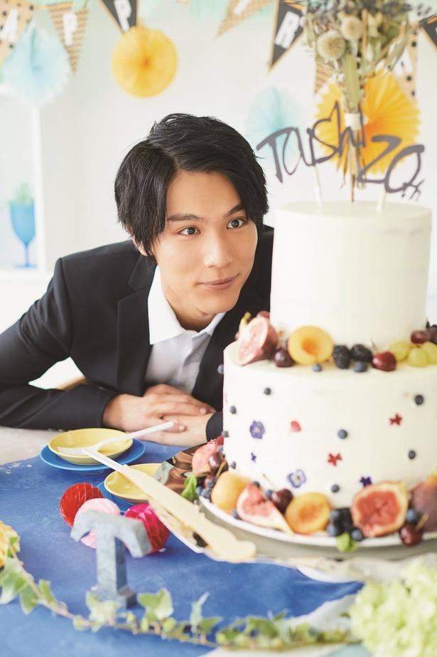 【写真を見る】用意された特製ケーキを食い入るように見詰める!