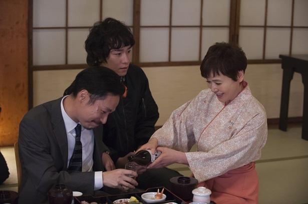 直美(室井滋)は令子(大竹しのぶ)と共に旅館での潜入捜査を行う