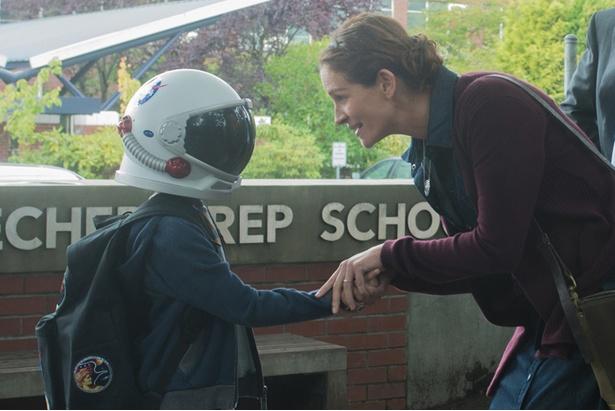 宇宙飛行士のヘルメットで顔を隠して過ごしてきたオギー