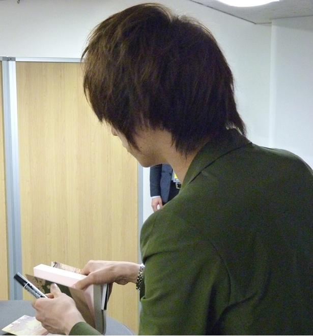 【写真を見る】ファンの一人一人に語りかけながらサインする伊東歌詞太郎