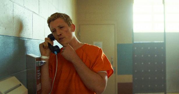 """マイルズ・テラーはドラッグ中毒の挙句に窃盗罪で逮捕される正真正銘の""""クズ男""""を好演"""