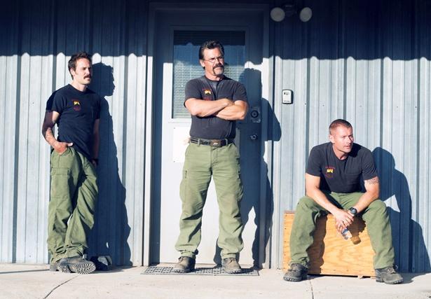 ホットショットの隊長を演じたジョシュ(中央)は、20代のころにボランティア消防隊で消火活動を経験している