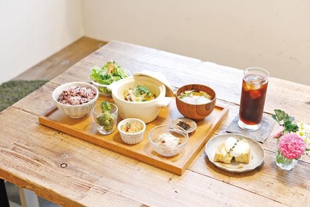 小空ごはん定食 ミニデザートセット¥1,290 島の食材をふんだんに使う地産地消の週替りランチ。島の製麺所、淡路麺業のスパゲティを使った生パスタセット(¥1,260~)も好評