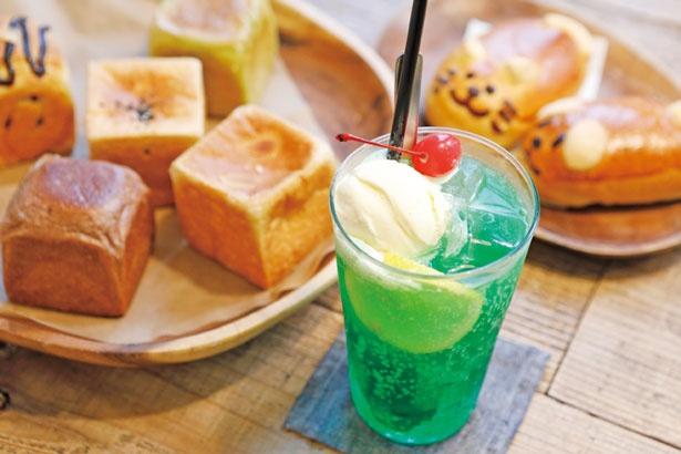 【写真を見る】バニラビーンズが香るアイスクリームもうれしい、メロンクリームソーダ¥560