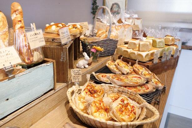 ベーカリーには、店内の工房で焼き上げる、素朴で優しいパンが40種以上そろう