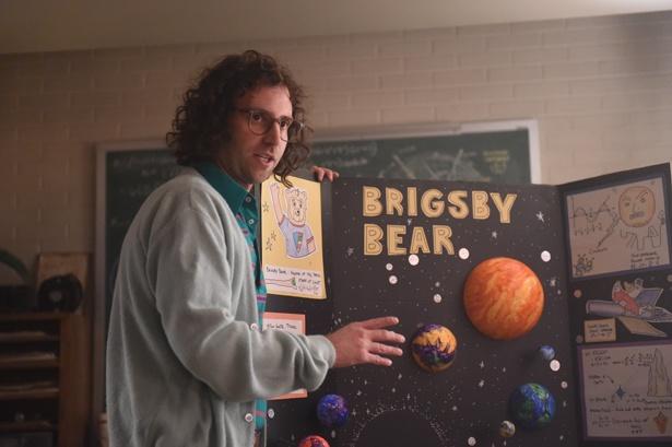 誘拐された主人公ジェームスの趣味は教育番組「ブリグズビー・ベア」の研究に勤しむこと